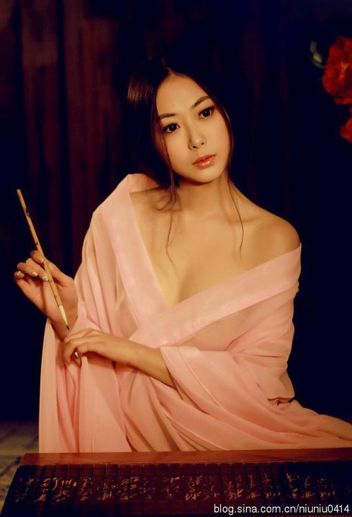 古典大胸美女 香肩裸露极致魅惑