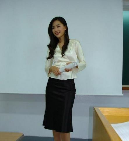 自习课上,英语老师走进了教室,课代表问. 图片_