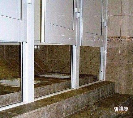 这厕所是几个意思,光挡着脸就行了是么!