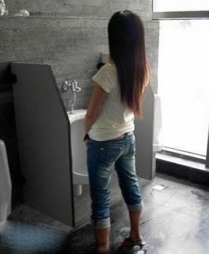 厕所看到一美女 吓尿了