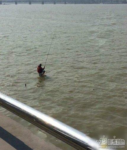 这是在拿绳命钓鱼啊